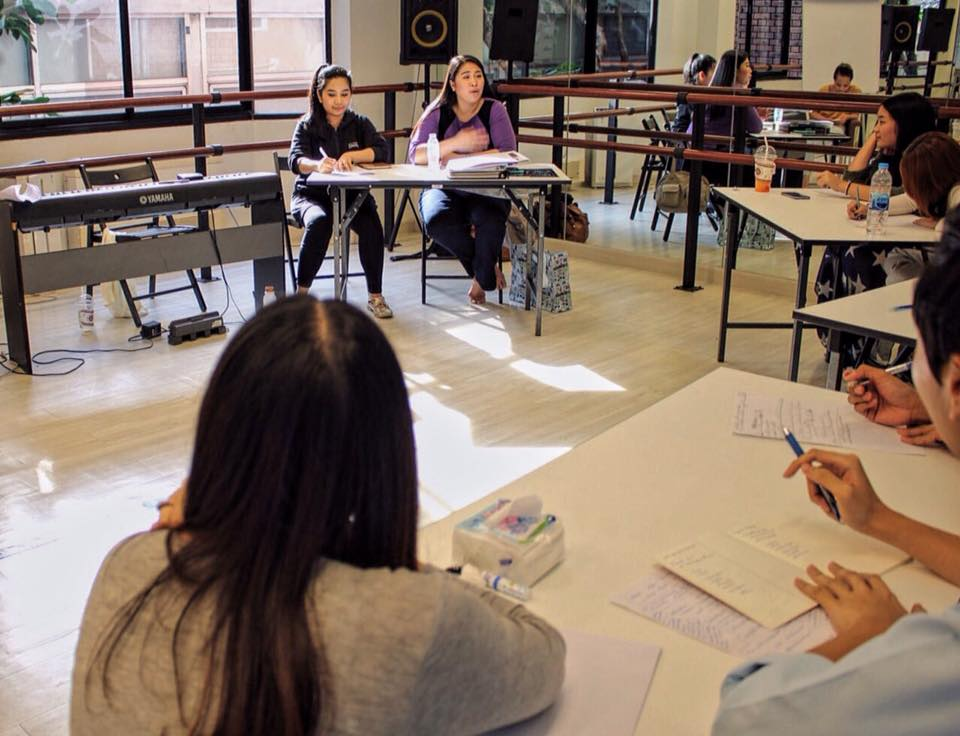 พี่จ๋า สุดาพิมพ์ Producer ละครเพลง ให้คำแนะนำเด็กๆเกี่ยวกับความคาดหวังของกรรมการในมุมมองของ Producer ส่วนครูเปิ้ล สุดารัตน์ ศรีสุรกานต์ ผู้บริหาร IDEO ของเราก็ให้คำแนะนำในฐานะผู้กำกับละครเวทีด้วย เรียกได้ว่าเด็กๆ ได้ความรู้กันอย่างเต็มที่และได้ความรู้จริงๆจากกรรมการตัวจริงเสียงจริงเลยค่ะ
